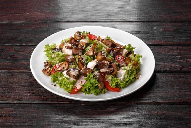 축제 테이블을 위한 맛있는 신선한 쇠고기 샐러드