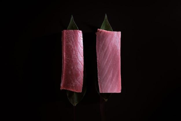 Вкусные свежие порции корейки синего тунца