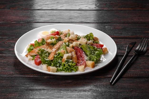 축제 테이블을 위한 맛있는 신선한 치킨 샐러드. 가족 휴가 준비