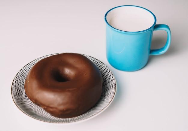흰색 배경에 맛있는 신선한 초콜릿 도넛 먹을 준비가 된 맛있는 글레이즈드 도넛