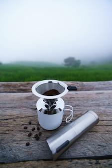 커피 필터에 맛있는 신선한 커피 가루