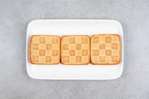 白いプレートにおいしい新鮮なクッキー。高品質の写真