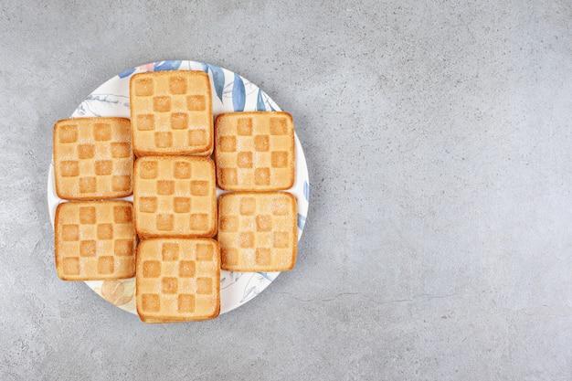 Deliziosi biscotti freschi su un piatto bianco. foto di alta qualità