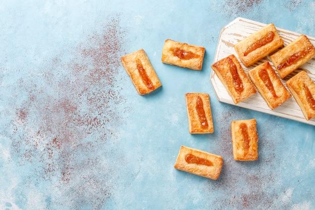上にジャムが入ったおいしいフレッシュクッキー。