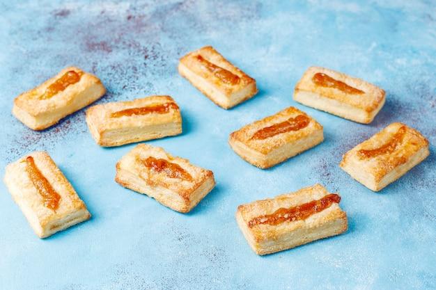 위에 잼과 함께 맛있는 신선한 쿠키.