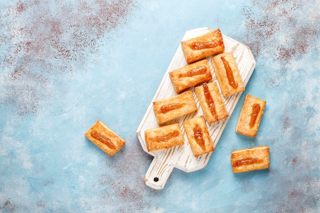 Вкусное свежее печенье с джемом сверху.