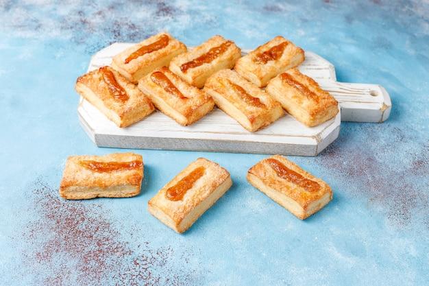 Deliziosi biscotti freschi con marmellata in cima.