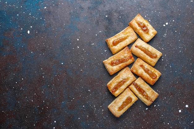 Deliziosi biscotti freschi con marmellata sopra.
