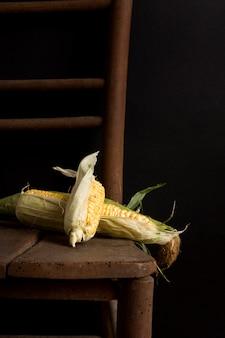 Вкусная свежая кукуруза на столе