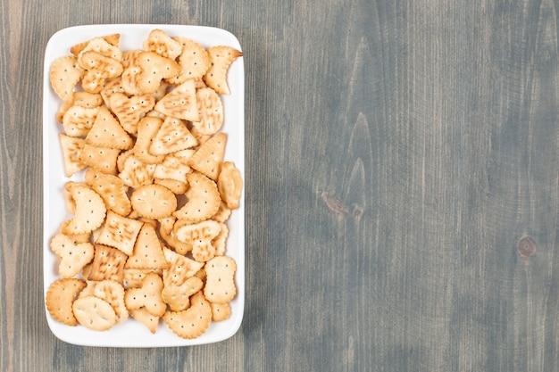 Deliziosi cracker freschi su un piatto bianco. foto di alta qualità