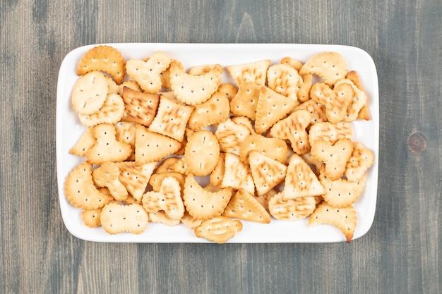 Deliziosi cracker freschi su un piatto bianco