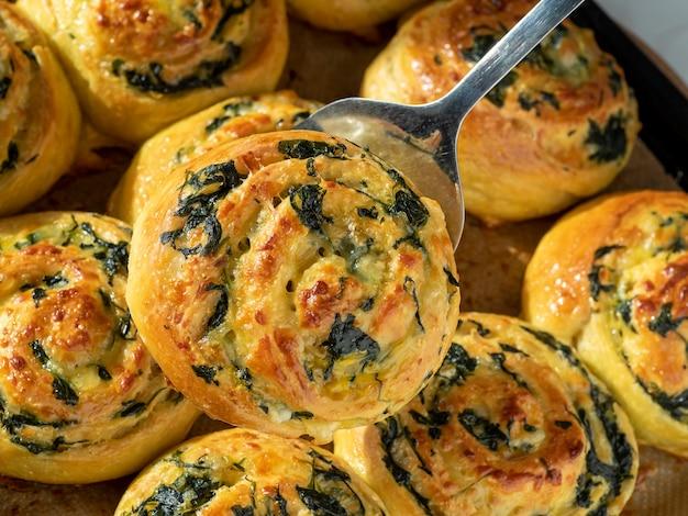 チーズとほうれん草のおいしいフレッシュカール。それらの1つは他の上に保持されます