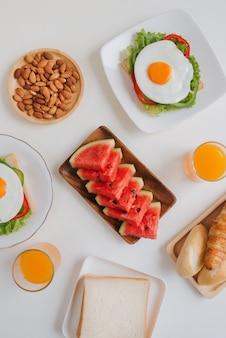 テーブルの上でおいしい新鮮な自家製の朝食