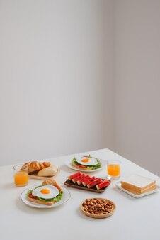 Вкусный свежий домашний завтрак на столе