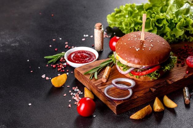 木製のテーブルに美味しい新鮮な自家製ハンバーガー