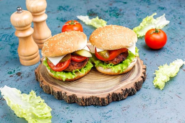 Hamburger fatti in casa freschi deliziosi su oscurità