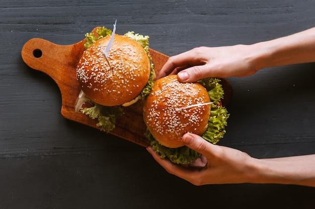 木製のテーブルの上においしい新鮮な自家製ハンバーガー