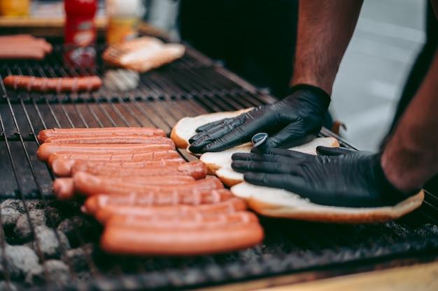 Вкусные свежие хот-доги на гриле
