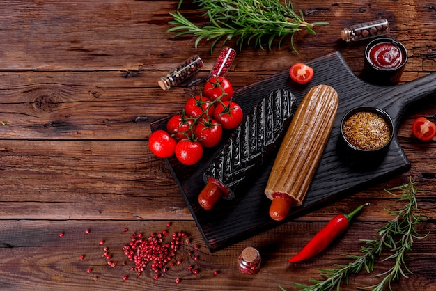 Вкусные свежие хот-доги с разными видами булочек и сосисок. фастфуд, бесполезная еда