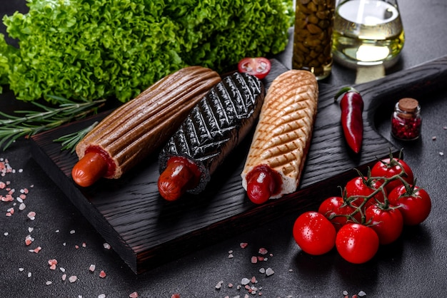 Вкусные свежие хот-доги с разными видами булочек и сосисок. фастфуд, нездоровый