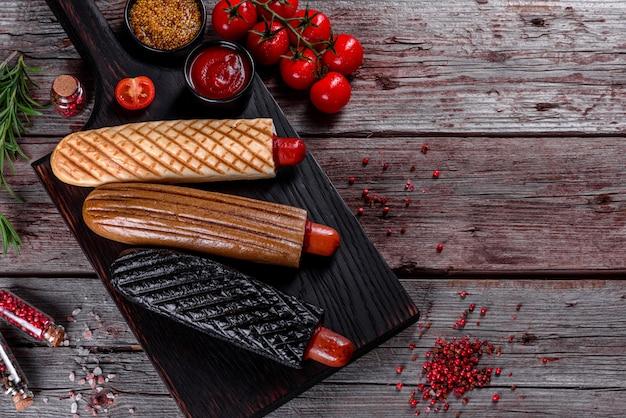 Вкусные свежие хот-доги с разными видами булочек и сосисок.