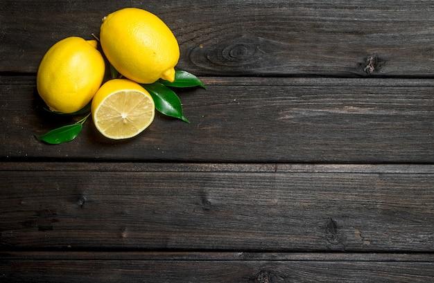 おいしい新鮮なレモン。木製の背景に