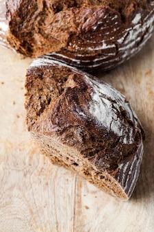 Вкусный свежий хлеб, черный ржаной хлеб с хрустящей корочкой, свежий и мягкий ржаной хлеб из ржаной и пшеничной муки.
