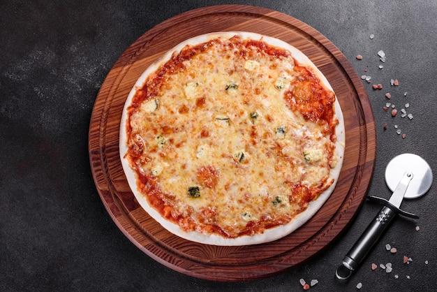 Вкусная свежая печь, приготовленная в пицце с четырьмя сырами на уютном столике в ресторане