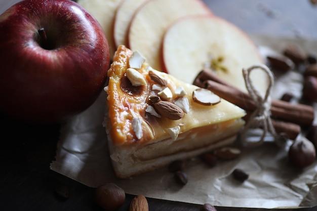 계피와 과일을 곁들인 맛있는 신선한 패스트리 파이