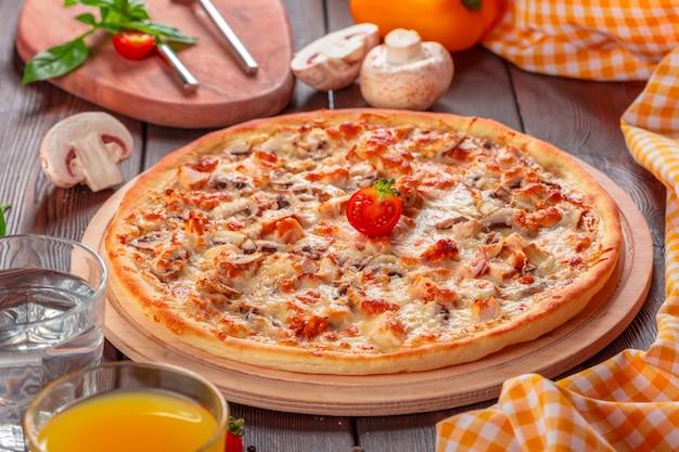 Вкусная свежая пицца подается на деревянный стол