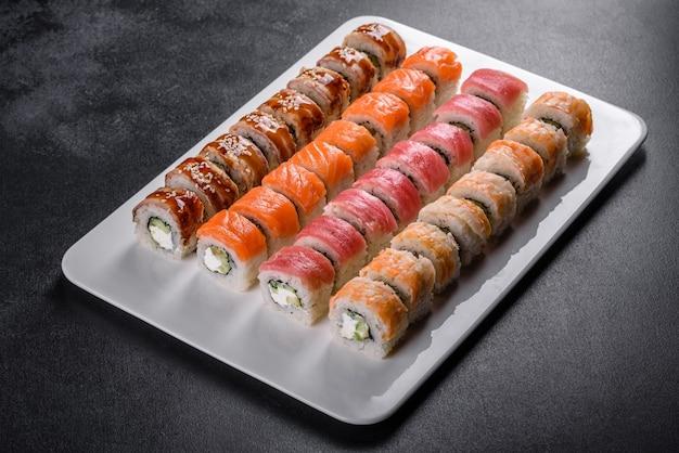Вкусные свежие роллы в различных наборах. японская еда с авокадо, креветками, крабом и лососем