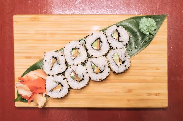 Вкусные свежие роллы с красной рыбой авакад сливочный сыр салат кунжут