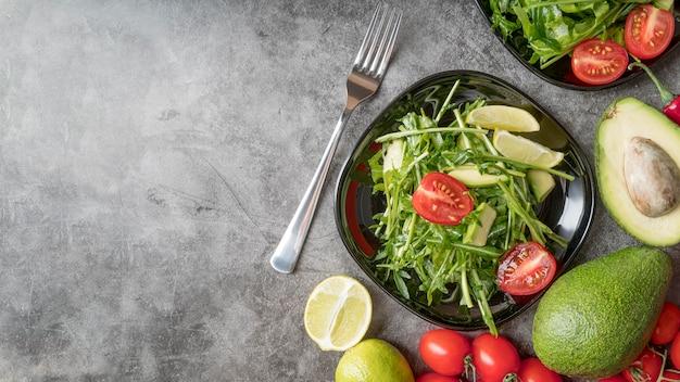 Вкусный свежий салат готов к употреблению