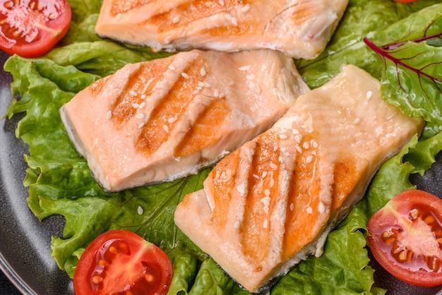 Вкусный свежий салат с рыбой, помидорами и листьями салата. здоровая пища