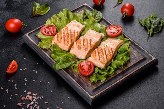 Вкусный свежий салат с рыбой, помидорами и листьями салата