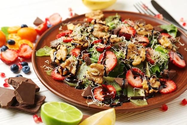 Вкусный свежий салат с грецкими орехами на тарелке