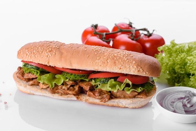 롤빵, 치즈, 고기를 곁들인 맛있는 신선한 샌드위치 그릴. 건강에 해로운 음식, 패스트푸드