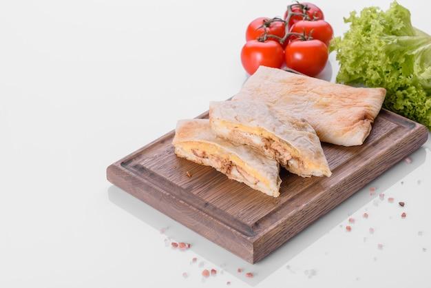 피타, 치즈, 고기를 곁들인 맛있는 신선한 샌드위치 그릴