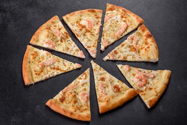おいしい新鮮なシーフードオーブンピザ:赤い魚とエビ。健康食品。イタリア料理