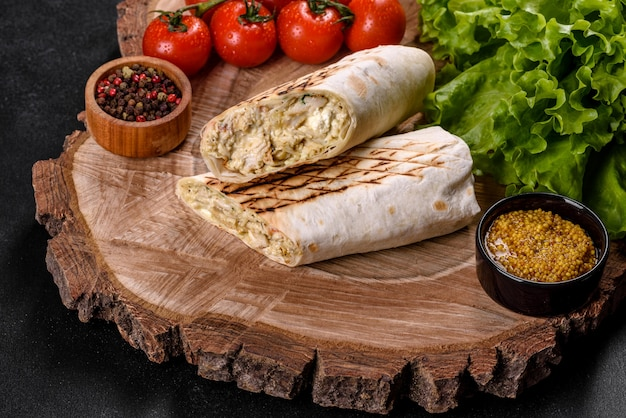 Вкусная свежая шаурма с мясом и овощами