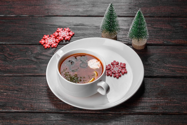크리스마스 테이블을 위해 준비된 맛있는 신선한 수프. 축제 테이블 준비