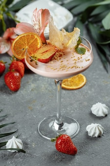 Вкусный свежий клубничный смузи. летний свежий десерт.