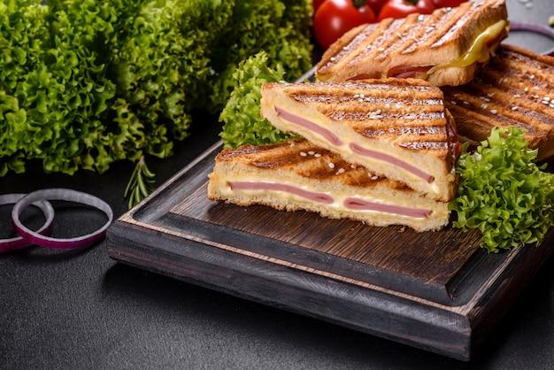 チーズとハムのおいしいフレッシュトーストグリル。サンドイッチ、軽食
