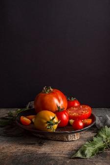Вкусные свежие помидоры на тарелке под высоким углом