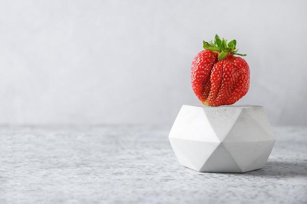 맛있는 신선한 못생긴 딸기 개념 유기농 에코 제품