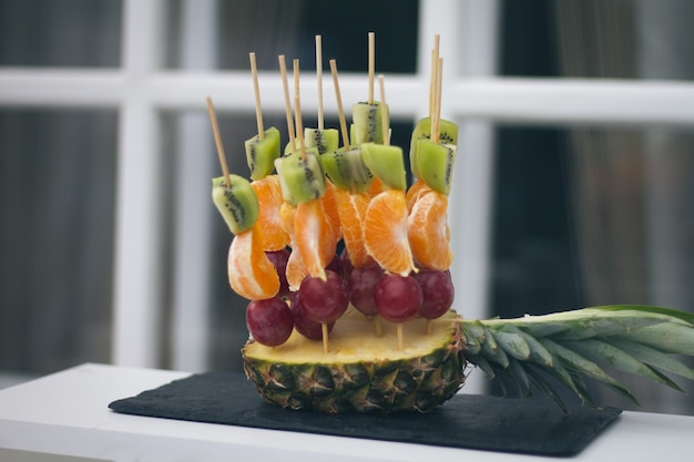 テーブルの上のおいしい新鮮な結婚式の軽食
