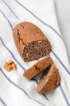 흰색 주방 수건 세로 이미지에 호두와 함께 맛있는 갓 구운 빵