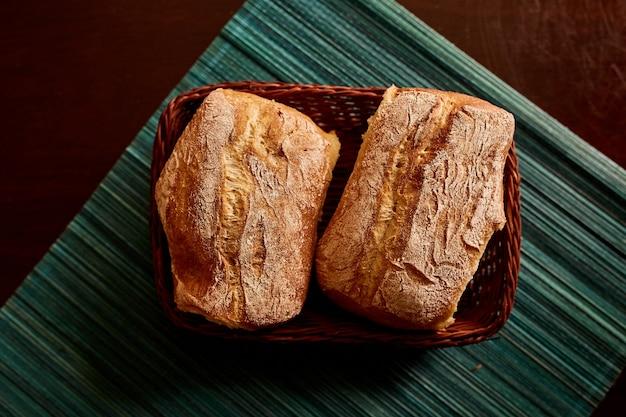 おいしい焼きたてのチャバタのパン