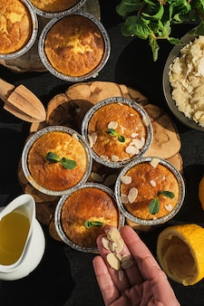 Deliziosi muffin al limone appena sfornati cosparsi di scaglie di mandorle, vista dall'alto