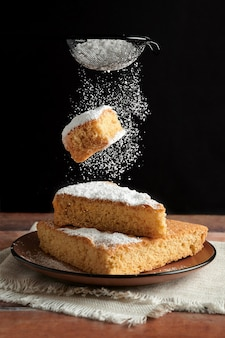 焼きたてのおいしいスポンジケーキの聖霊降臨祭のケーキが落ちる